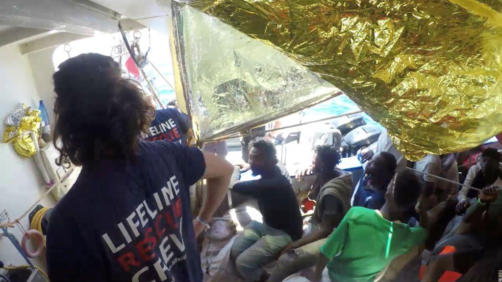 """El Lifeline invita a Salvini a bordo para ver que los migrantes """"son humanos, no trozos de carne"""""""
