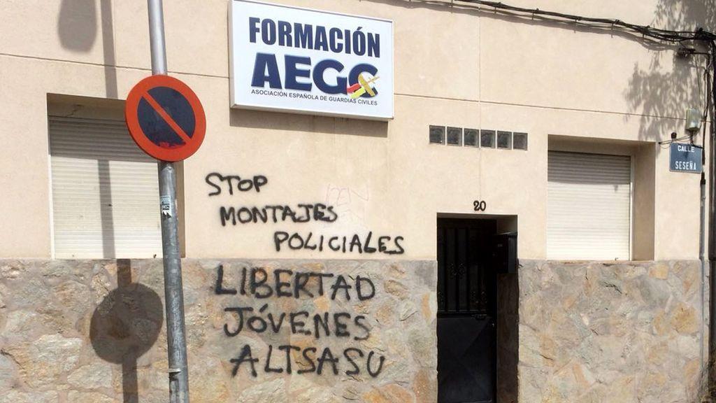 Pintadas en la Asociación de Guardias Civiles contra la sentencia de Alsasua