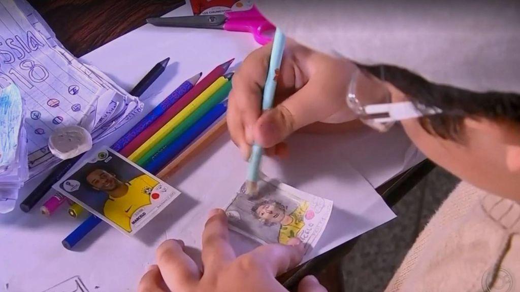 Un niño de ocho año dibuja sus propios cromos del Mundial de Rusia porque no tiene dinero para comprarlos