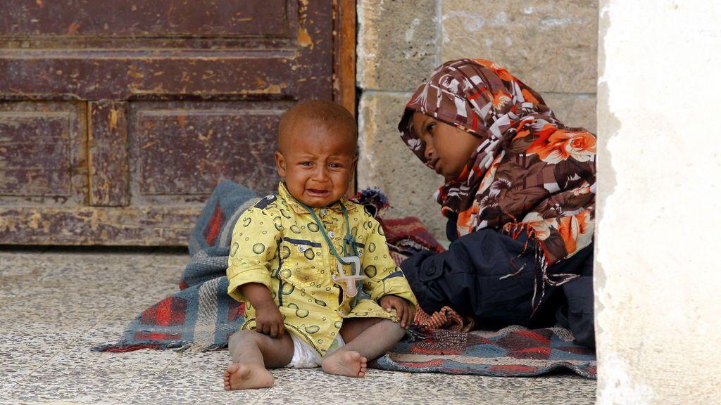 Niños yemeníes se refugian en un centro de evacuación