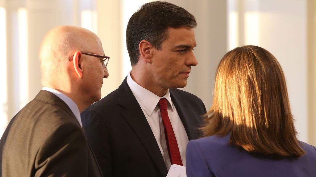 El presidente del Gobierno, Pedro Sánchez, junto al director de los servicios informativos de TVE, José Antonio Álvarez Gundin, y Ana Blanco, antes de dar comienzo la entrevista que le hizo La 1 el 18 de junio.