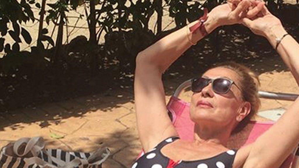 ¡Se apunta a la moda! Rosa Benito luce el espectacular bañador diseñado por Anabel Pantoja