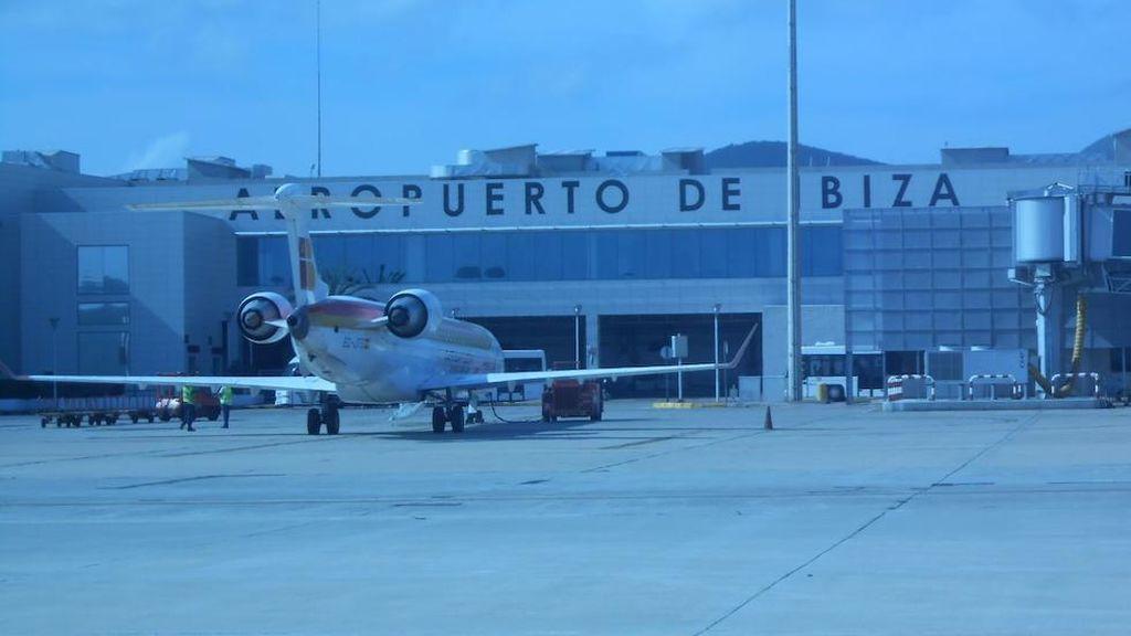 Un pitbull en la pista de aterrizaje de Ibiza obliga a desviar una docena de vuelos