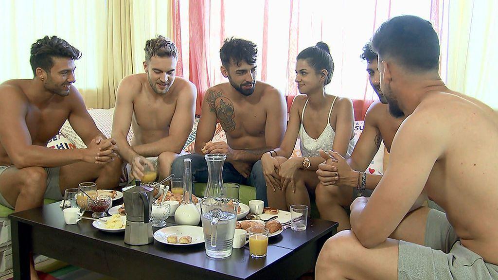 Desayuno entre chicos: Marina, encantada con sus cinco pretendientes