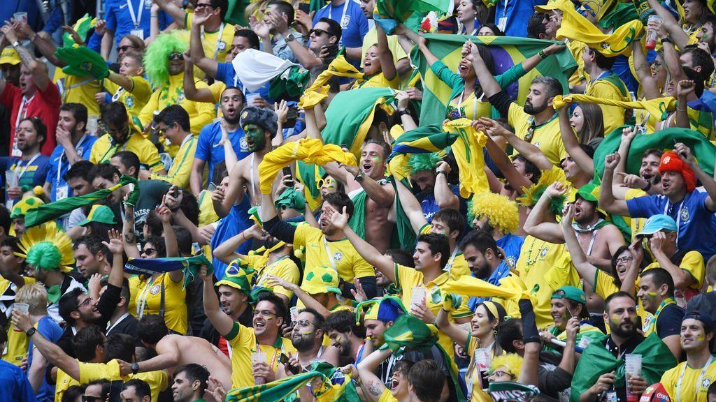 Un aficionado ayuda a un amigo ciego a seguir todas las jugadas de Brasil en el Mundial