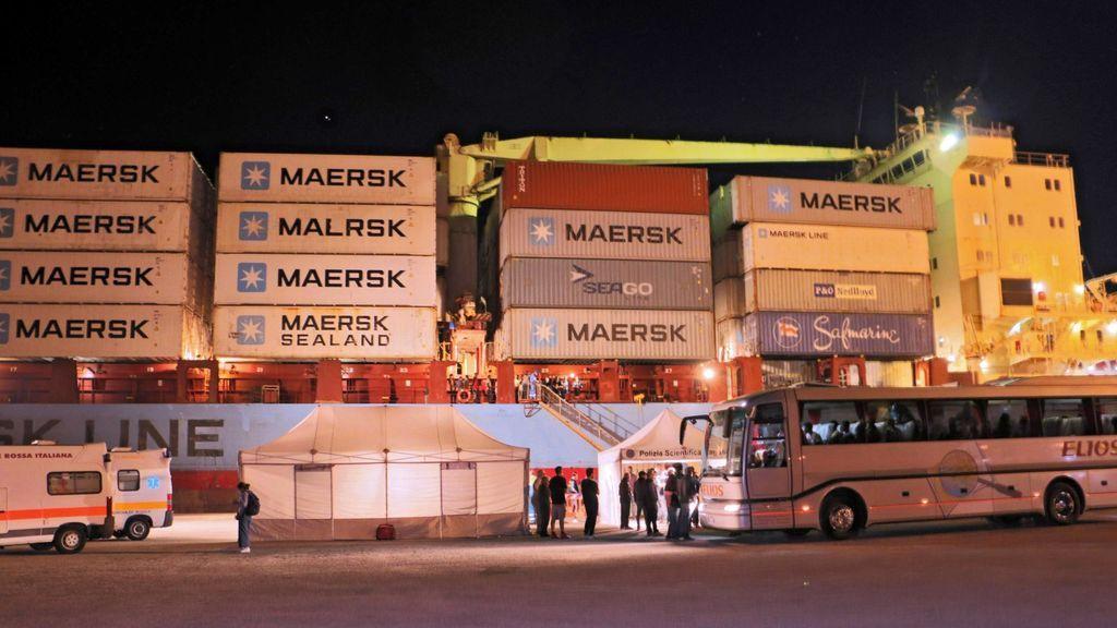 Un carguero con 108 inmigrantes rescatados en el mar atraca en un puerto de Sicilia