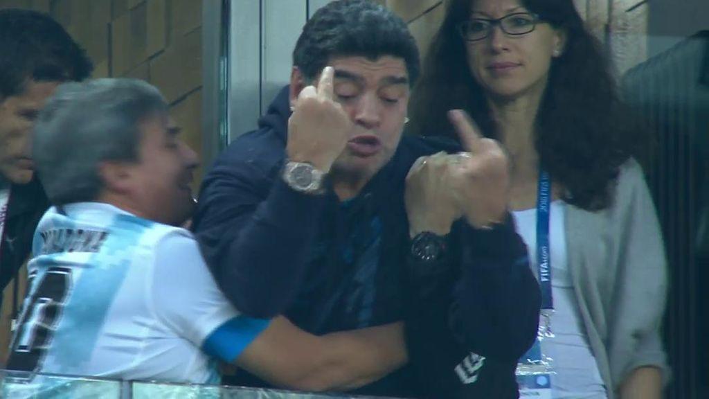 """Maradona, llorando, celebra el 1-2 de Argentina con dos peinetas y un lamentable insulto a los rivales: """"¡Putos, putos!"""""""