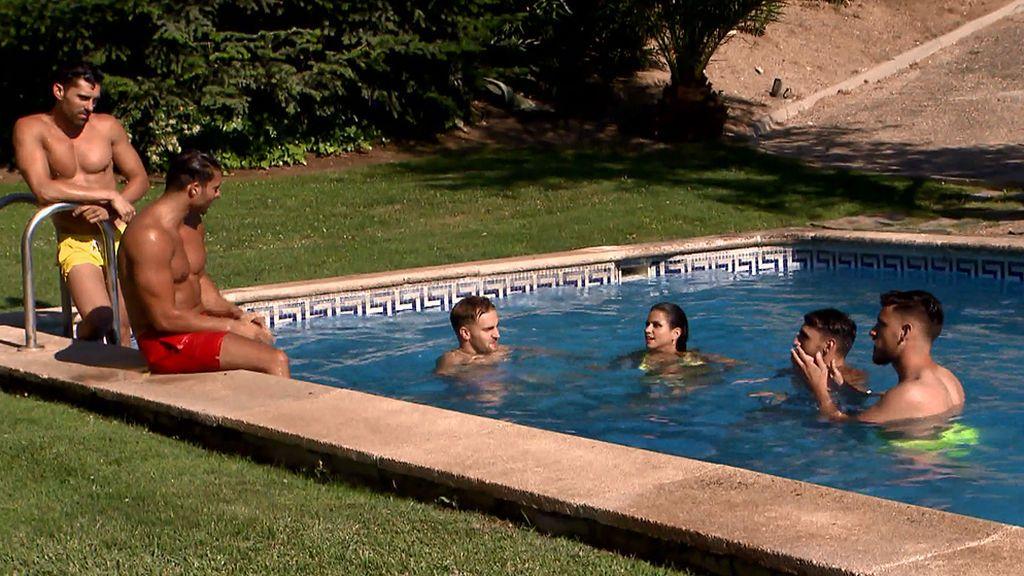 Fiesta en la piscina: Marina se da un baño con sus chicos