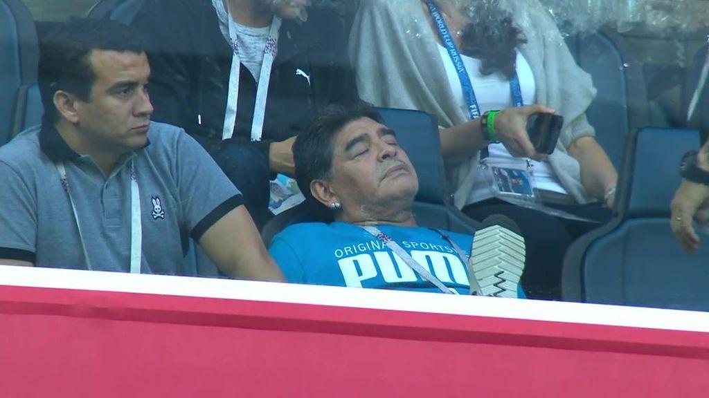 Maradona se toma un descanso en el palco con el 0-1 de Argentina 😴
