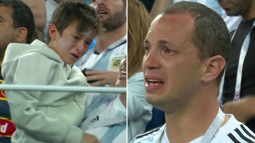 Las lágrimas de los aficionados argentinos tras la sufrida victoria ante Nigeria