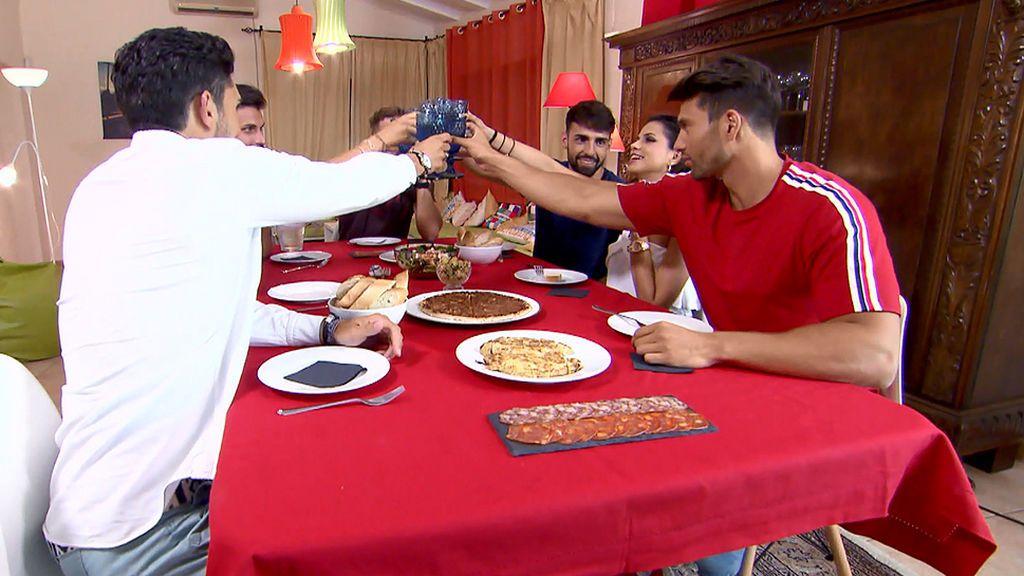 Cena en 'La Casa de los tronistas': Violeta le propone a Aitor delante de Marina una cita