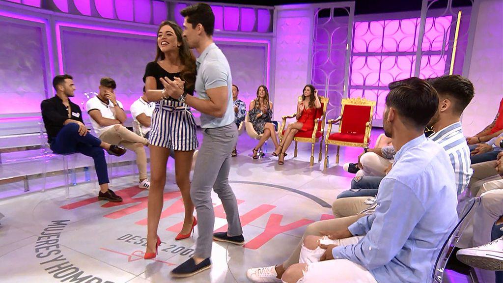 Alessandro se lo baila todo y con todos: Violeta, Marina y maestro Joao