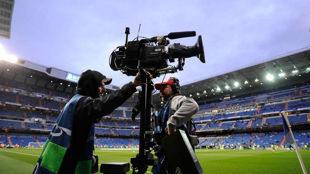 Operadores de cámara, durante un partido de la Liga en el estadio Santiago Bernabéu.