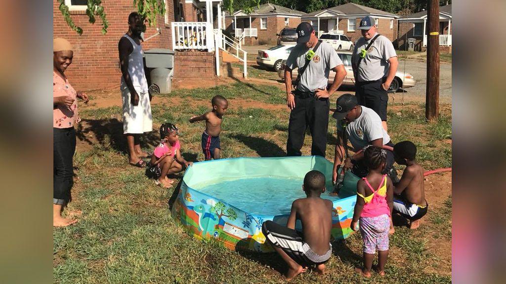 El gesto más simple hace feliz a una familia que intentaba llenar la piscina de sus niños usando cacerolas