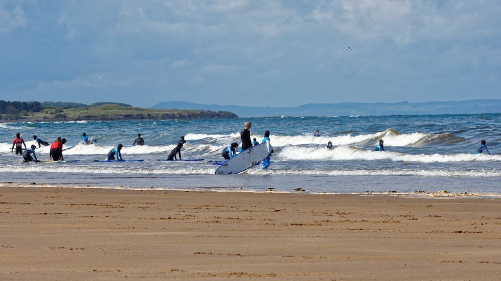 Los mejores campus de surf para niños que se celebran en España este verano