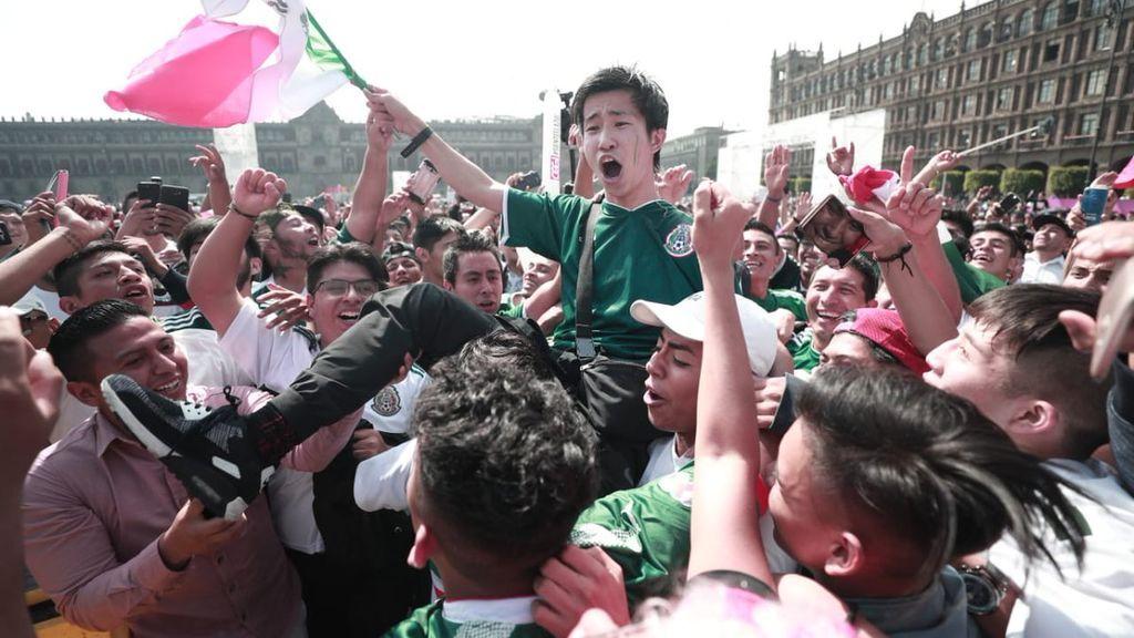 Aficionados mexicanos cantan a hinchas coreanos agradeciendo su victoria sobre Alemania: 'Coreano, hermano, ya eres mexicano'