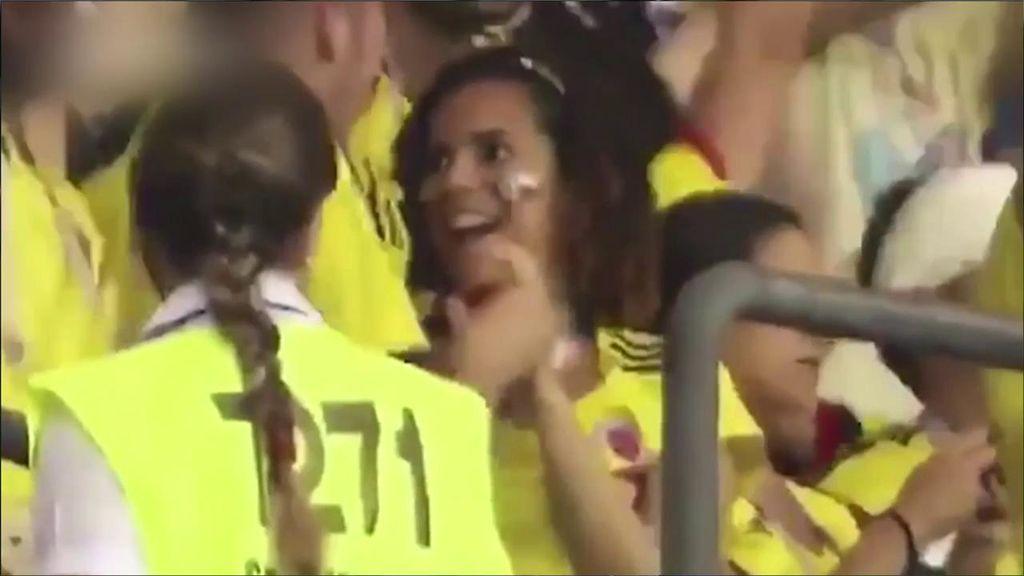 Un aficionado colombiano pide matrimonio a su novia en plena celebración de gol ante Polonia