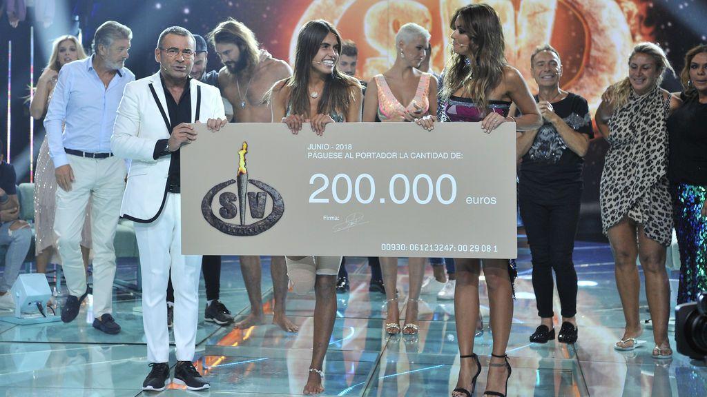 En primer plano, Sofía Suescun recibe de manos de Jorge Javier Vázquez y Lara Álvarez el cheque de ganadora de 'Supervivientes 2018'.
