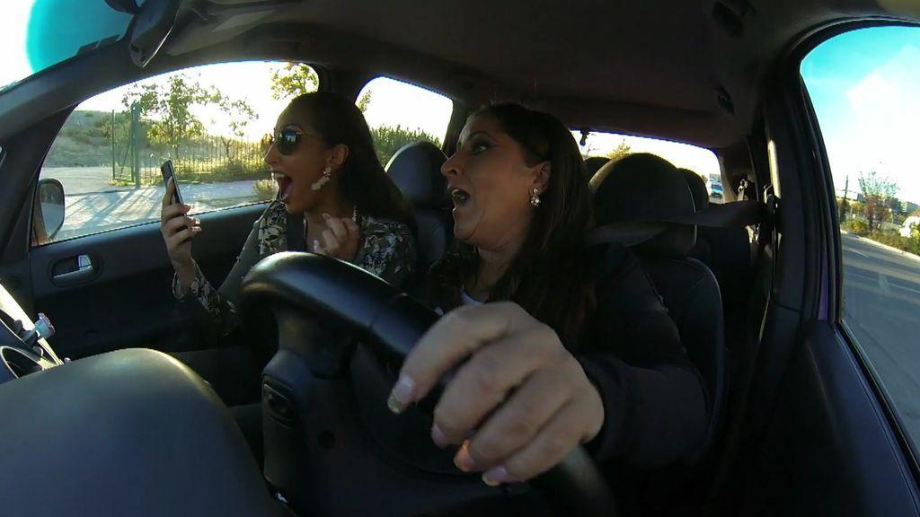 Raquel y Noemí descubren el embarazo de la Rebe y casi se salen de la carretera por el susto