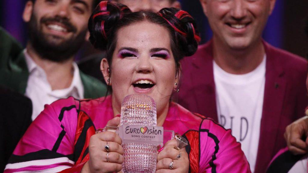 La cantante israelí Netta Barzilai alza el trofeo tras ganar el festival de Eurovisión 2018.