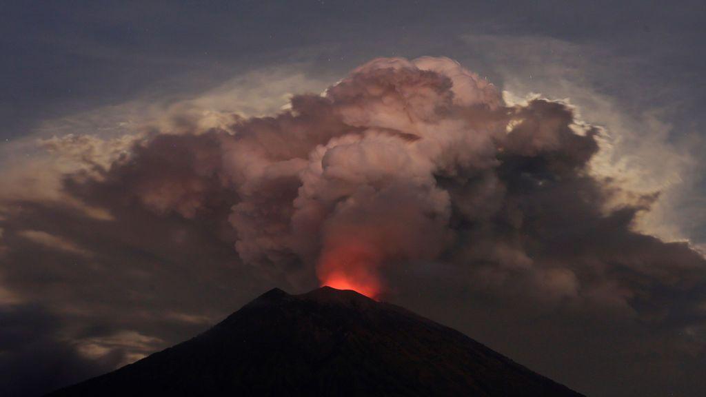 El volcán Agung despierta de nuevo