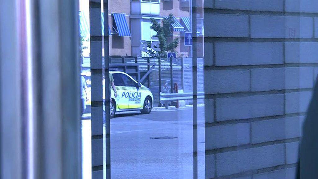 ¡La policía interrumpe 'Sálvame' en directo para hablar con uno de nuestros colaboradores!