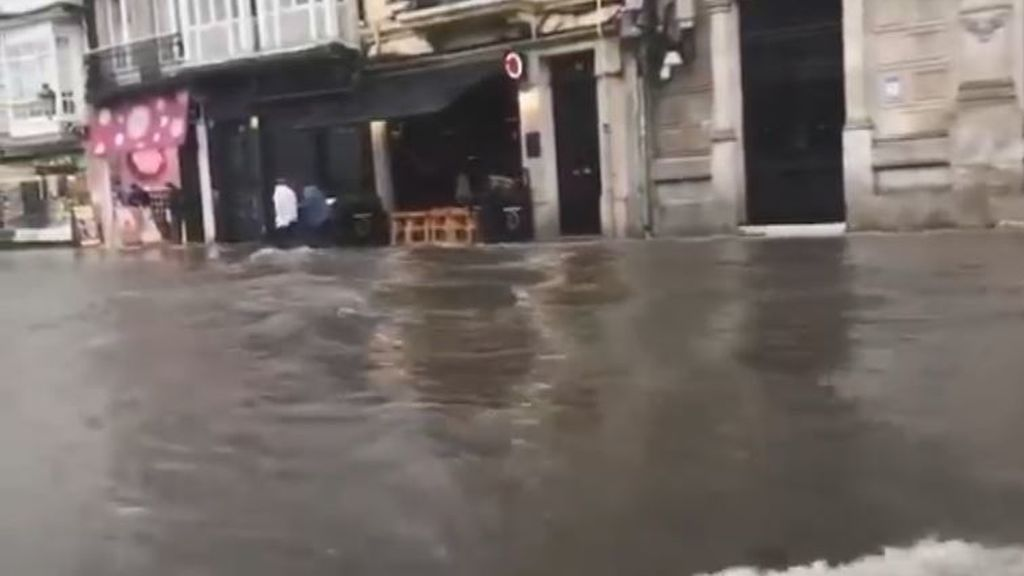 Una espectacular tromba de agua inunda el centro de A Coruña