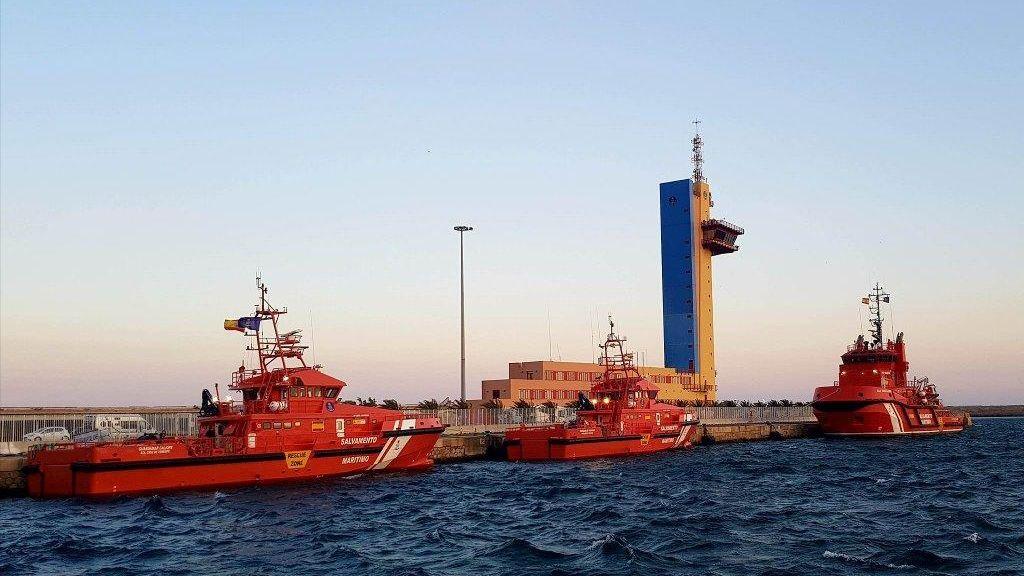 Trasladan a Almería a 53 personas rescatadas de una patera