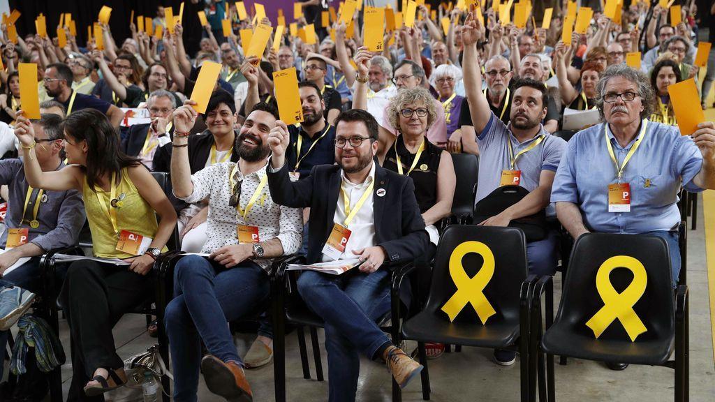 El vicepresidente del Govern i adjunto a la presidencia del partido Pere Aragonés (2d) y el presidente del Parlament, Roger Torrent y el diputado al Congreso Joan Tardà (d) votan durante la clausura de la Conferencia Nacional de ERC