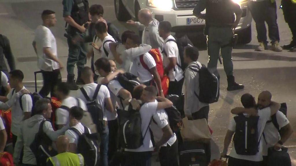 La despedida de los jugadores de la selección española tras aterrizar en Madrid