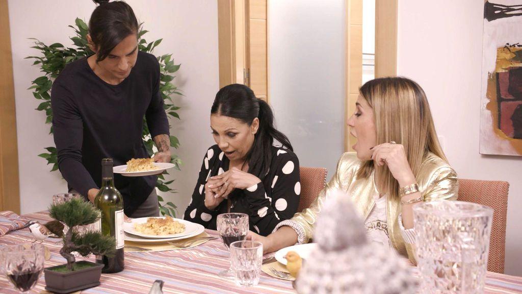 Julio Iglesias Jr. sirve la cena a Toñi Salazar y Elena Tablada en el programa 'Ven a cenar conmigo, gourmet edition', de Cuatro.