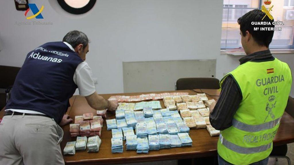 Hallan 500.000 euros en un coche que iba en el ferry que une Canarias con Huelva