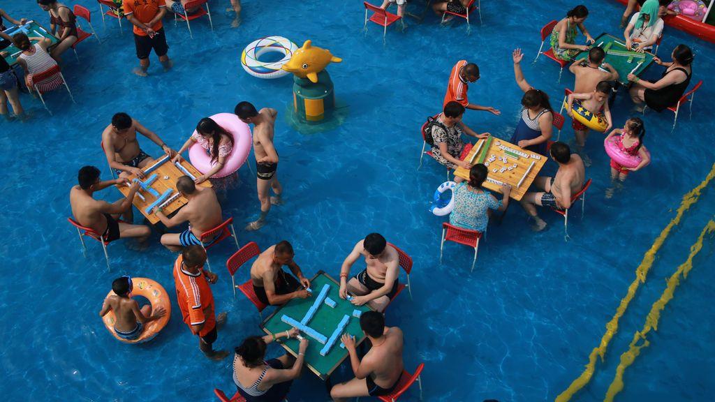 Juegos de mesas tradicionales en la piscina