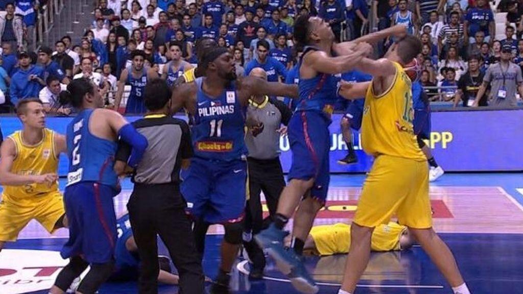 Lamentable: Trece expulsados en una salvaje pelea entre Australia y Filipina en las ventanas FIBA