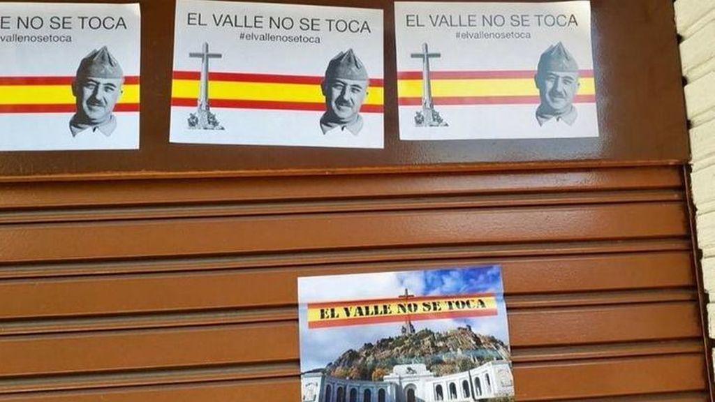 """Empapelan la sede del PSOE en Alcalá de Henares con mensajes franquistas: """"El Valle  de los Caídos no se toca"""""""