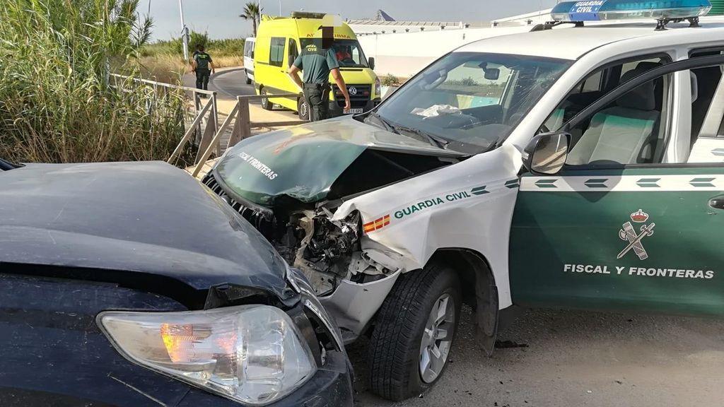 Embestido un vehículo de la Guardia Civil para evitar que interceptara un alijo de droga en La Línea
