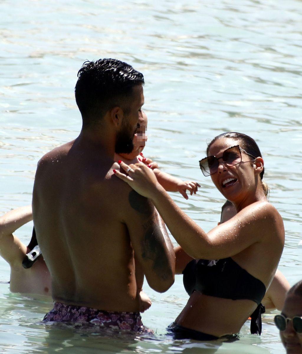 El 'bautismo' de Antonio en aguas ibicencas: el primer baño en el mar del hijo de Tamara Gorro y Ezequiel Garay