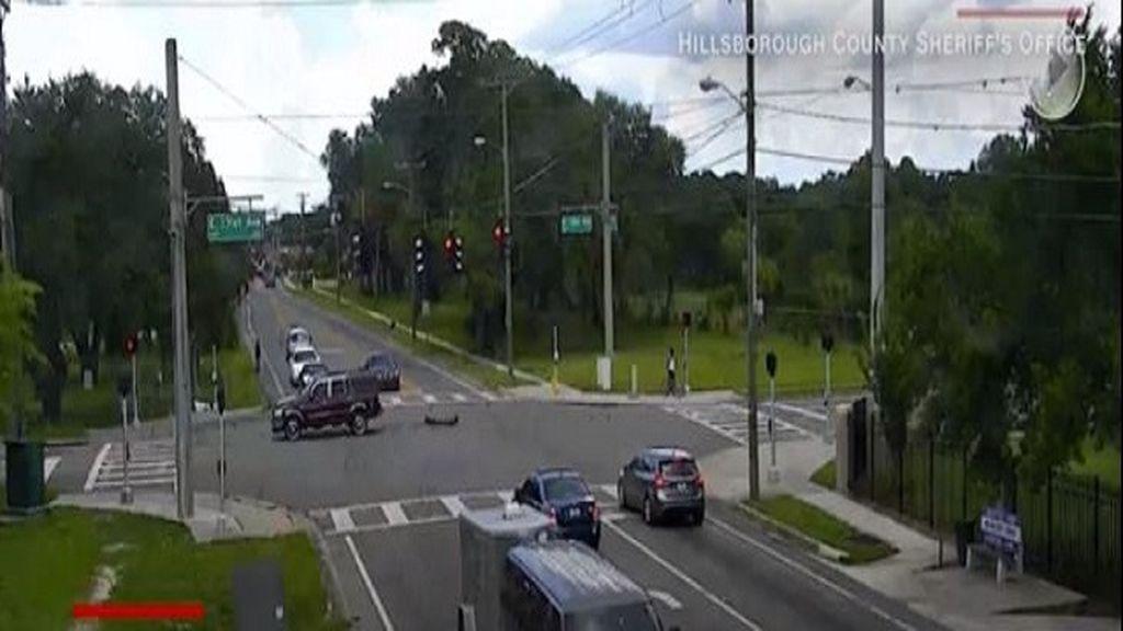Una mujer cae de un coche en marcha
