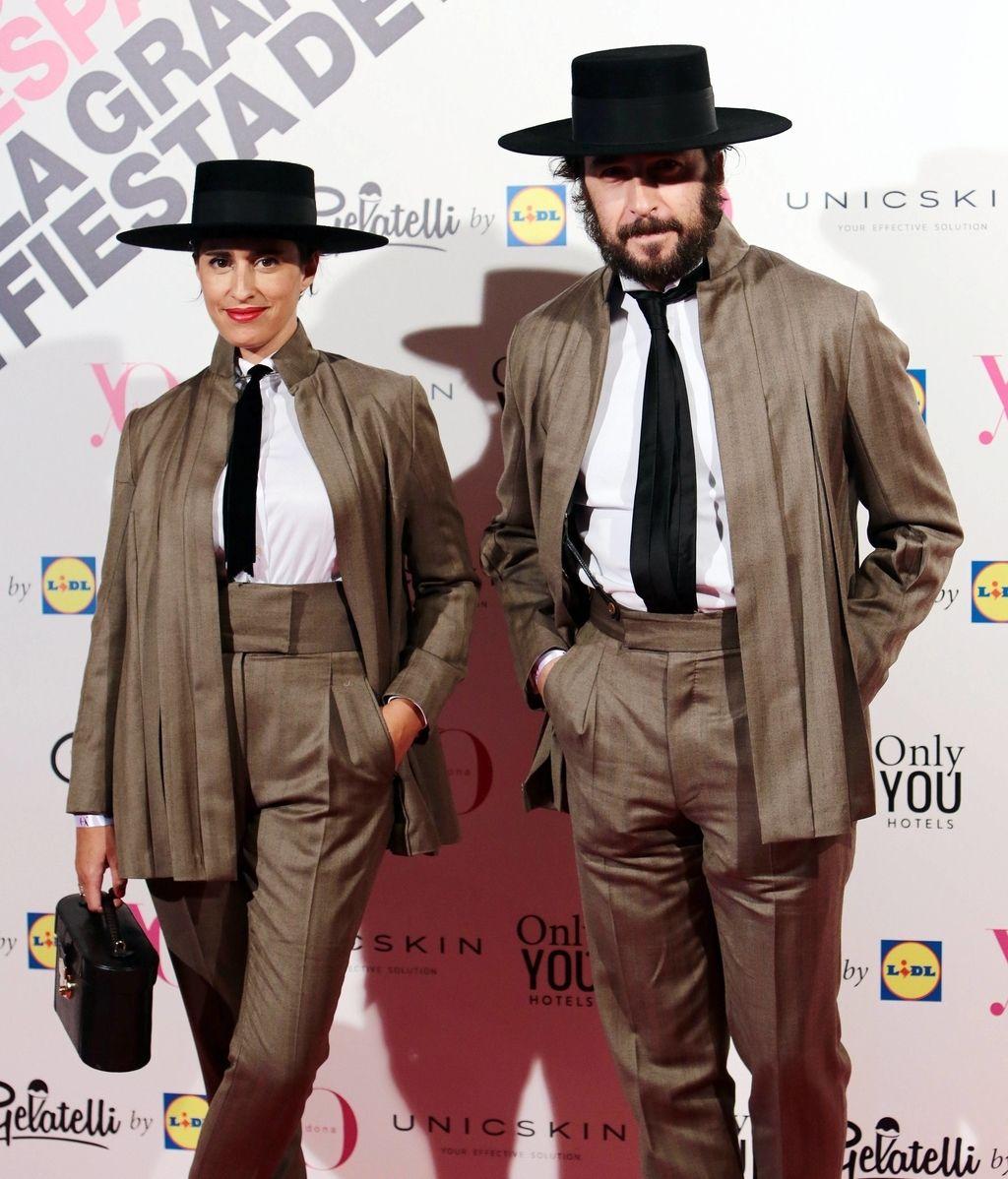 Los diseñadores Oteyza, como siempre, vistiendo idénticos, con sombrero y ropa de su firma
