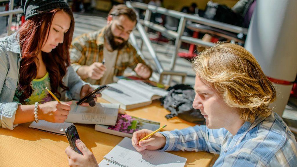 ¿Deberían los alumnos usar el móvil en clase? Hay educadores que lo ven muy positivo