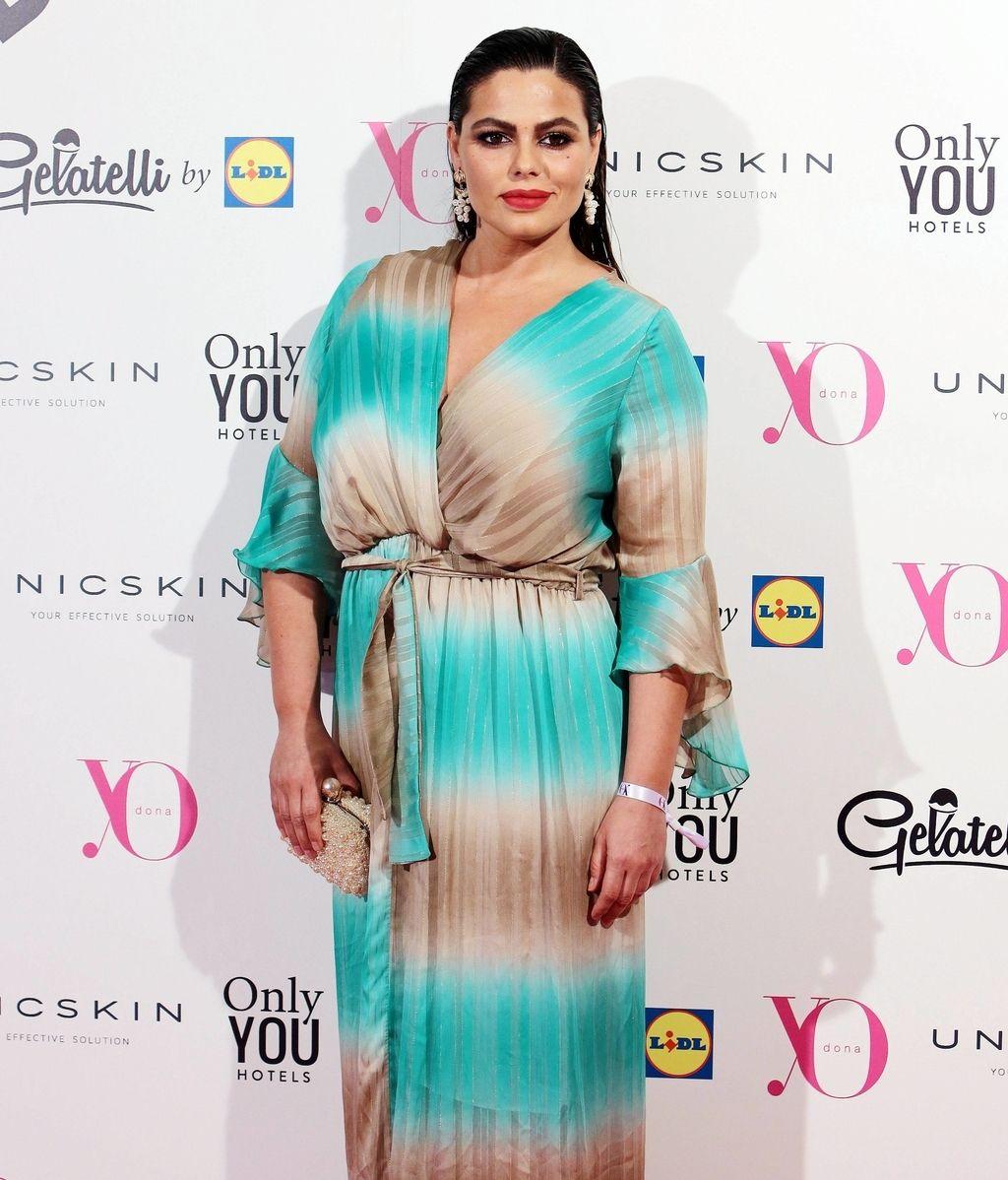 Marisa Jara, con vestido bicolor cruzado de Alektia Original y pelo efecto 'wet'