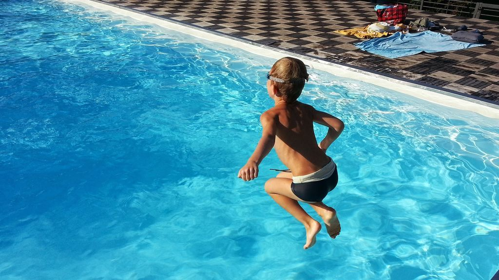 Cinco consejos para prevenir accidentes en la piscina con los más pequeños