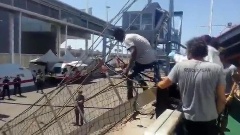 Los 60 migrantes rescatados por el Open Arms ya están en Barcelona