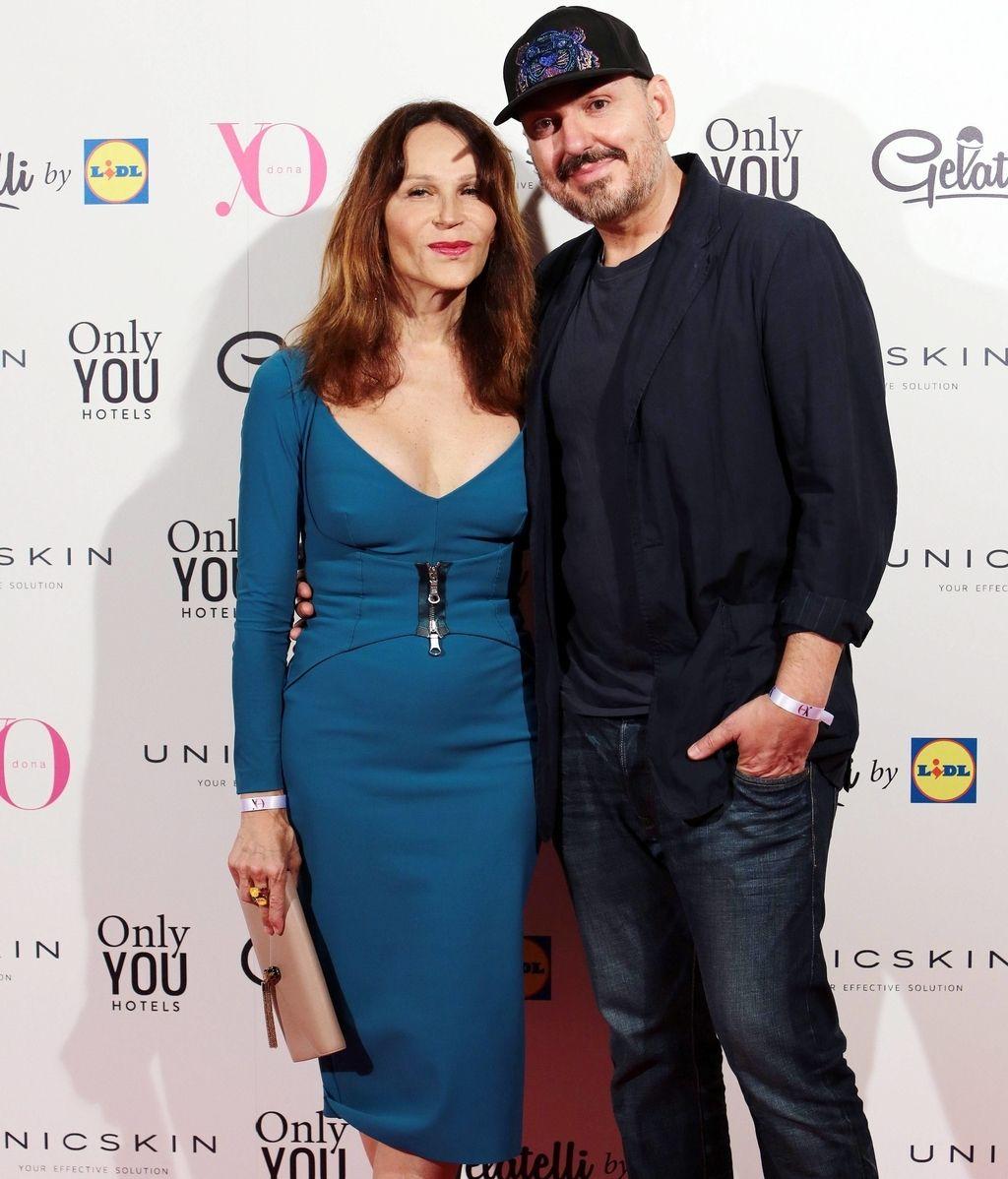 Antonia San Juan, con vestido azul ceñido, junto al diseñador Juan Duyos