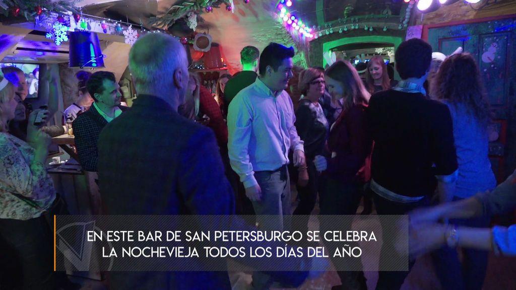 Un bar de San Petersburgo celebra la Nochevieja todos los días del año