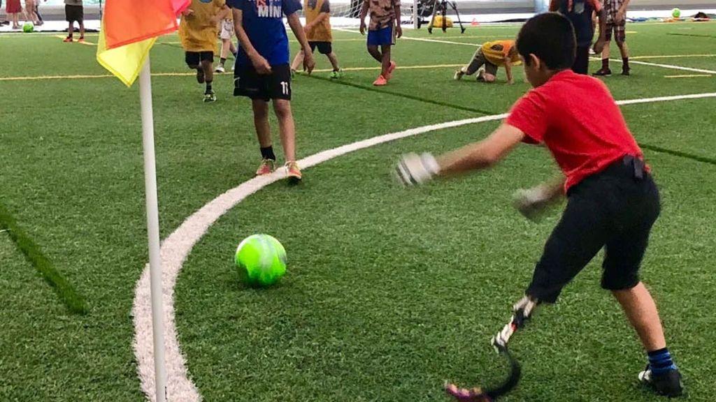 Con cinco años perdió una pierna durante un bombardeo en Siria, ahora es portero de fútbol en Canadá