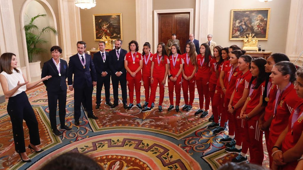 La selección española femenina sub-17 invita a la Reina Letizia al próximo Mundial que se celebra en Uruguay