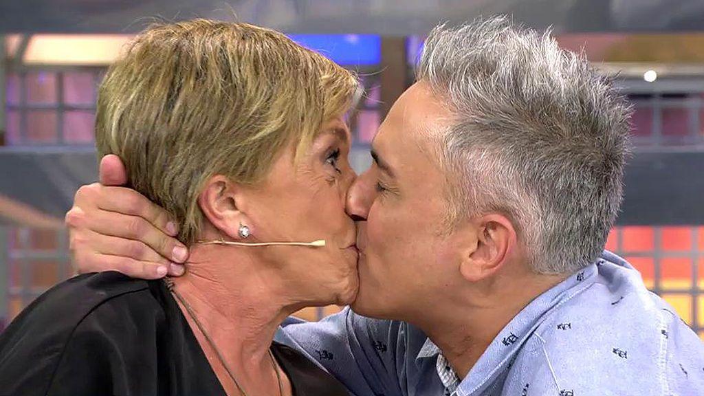 Kiko Hernández le planta un besazo a Chelo García Cortés en un intento de que 'abra el pico'