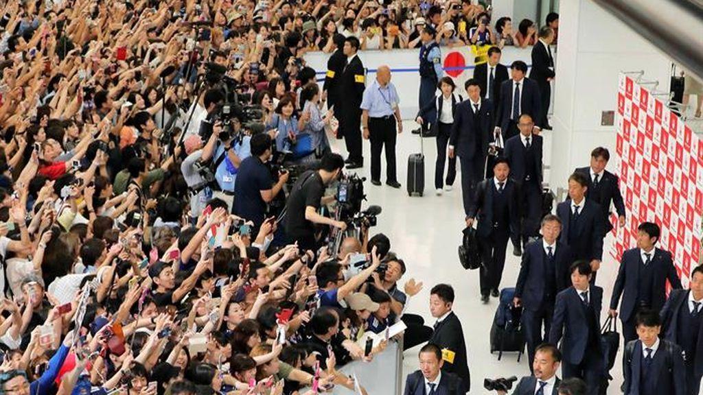 Los hinchas japoneses dan su apoyo más efusivo apoyo a la Selección