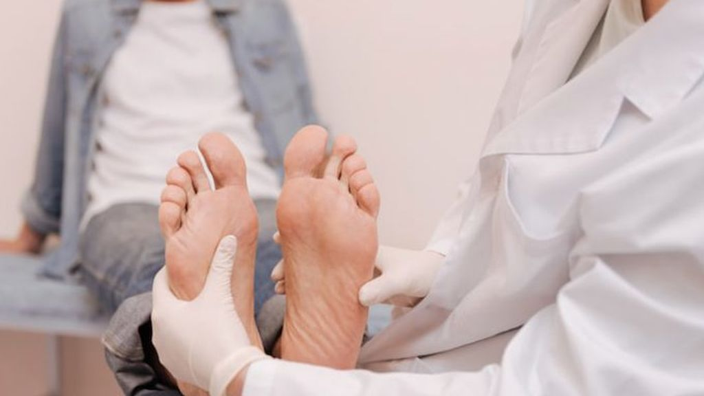chiropodist-looking-at-mans-feet-copy-680x500